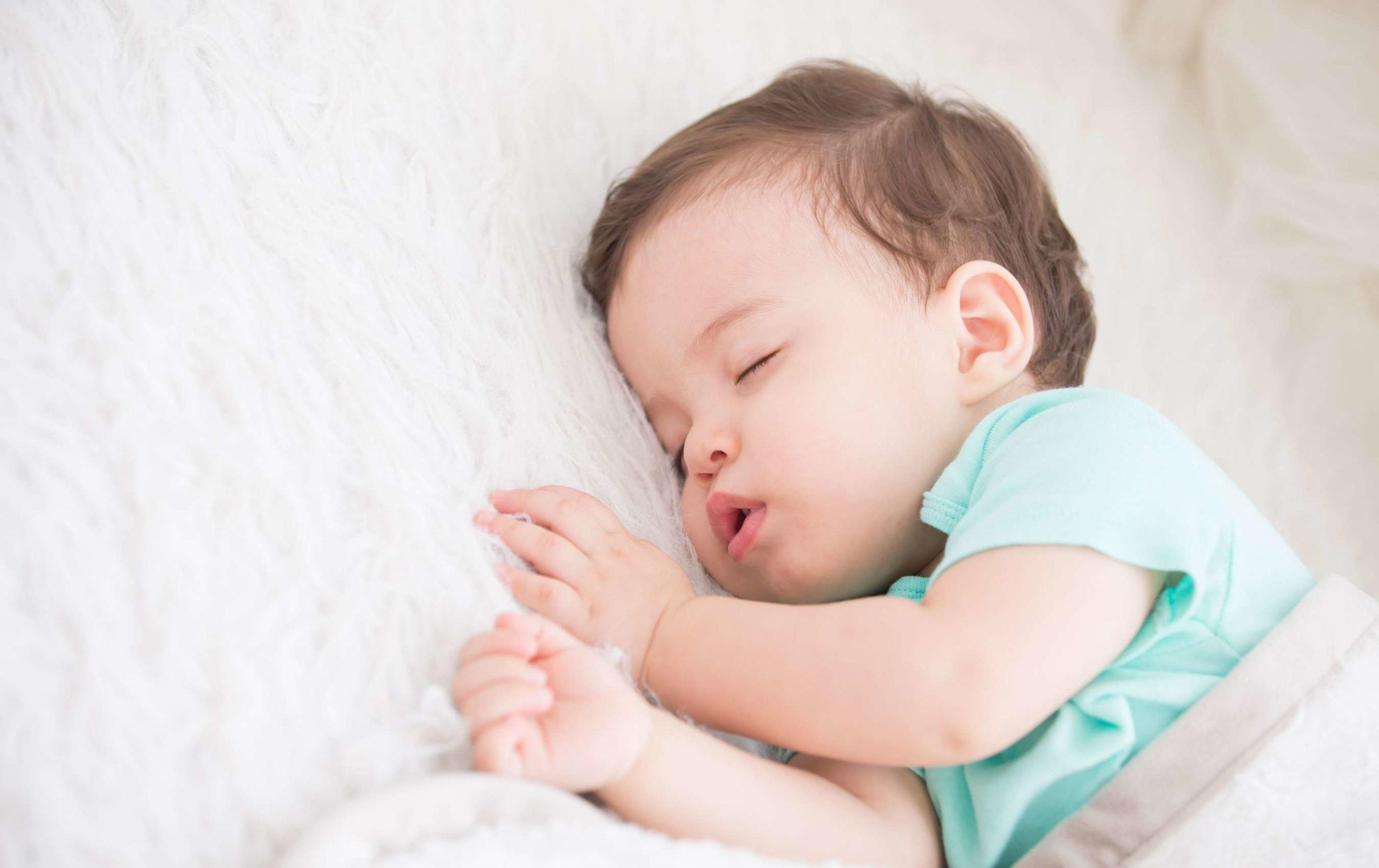 bébé dort beaucoup