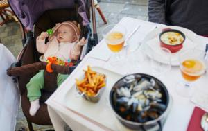 Bébé au restaurant dans sa poussette